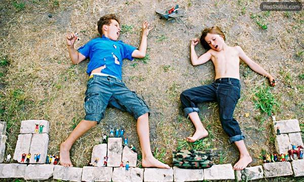 躺在地上的创意摄影